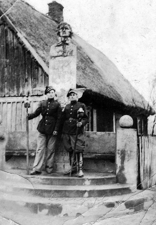 Strażacy przy pomniku Kościuszki - lata 40., Dąbrówka