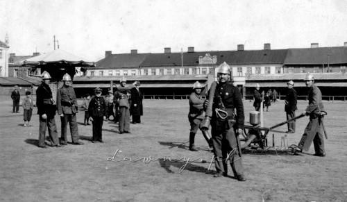 Ćwiczenia straży, w głębi widok jatek i straganów, rok 1936
