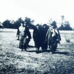 """Józef Marcinkowski ps. """"Wybój"""" podczas okupacji. Na fotografii razem ze swoim oddziałem, w czasie gdy działał w Obwodzie """"Rajski Ptak"""" (Radzymin-Wołomin)"""
