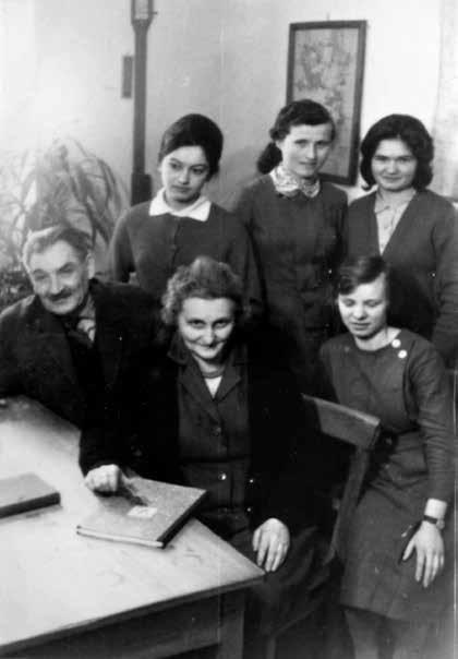 Początek lat sześćdziesiątych. Siedzą od lewej: Józef Mathis, Maria Mathis, Leontyna Zalewska. Stoją od lewej: Jadwiga Budrowska, Alina Palaszek i Marianna Puścian.