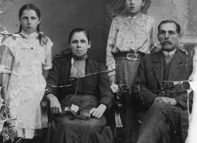 Maria i Józef Rabińscy z dwiema córkami: od lewej stoi Modesta, od prawej Filomena. Zdjęcie ok. 1910-1912 r.
