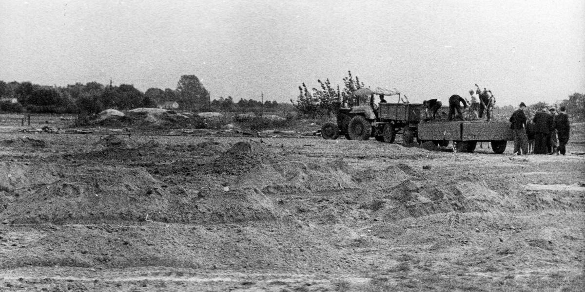 Boisko treningowe od strony boiska głównego. Nawożenie ziemi żyznej. 1 października 1958