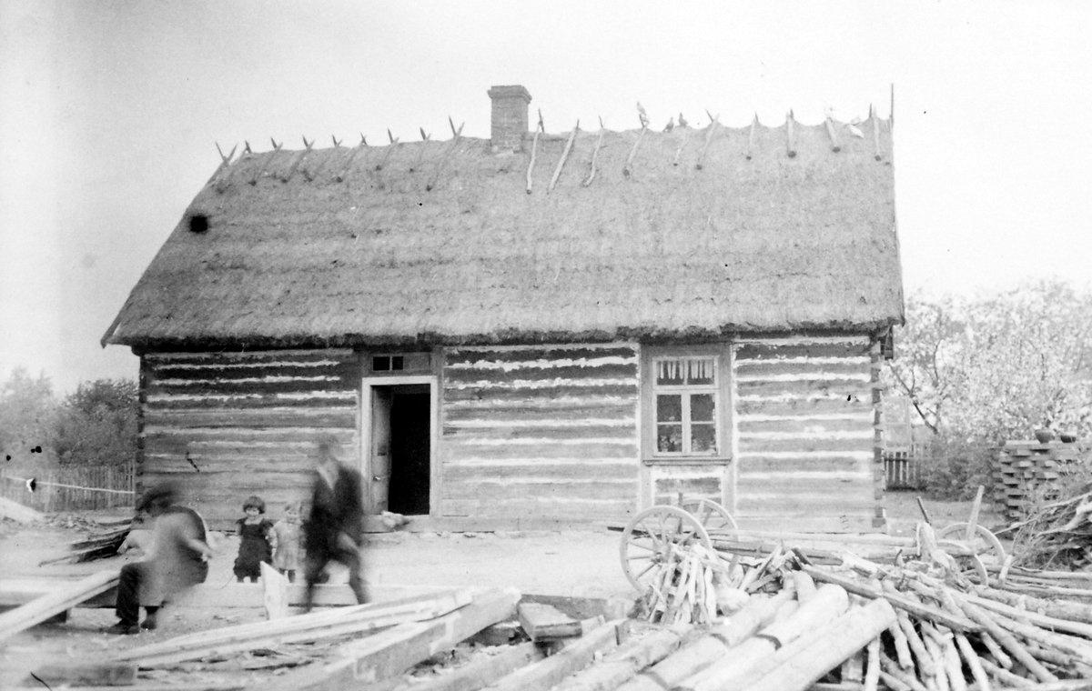Budynek, w którym mieściła się sala lekcyjna – lata 30 XX w. (źródło: kronika szkolna t. 1)