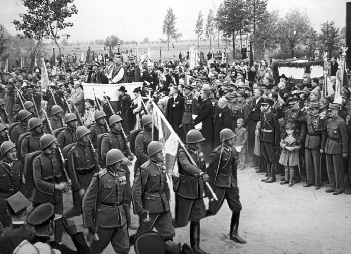 Generał Mieczysław Trojanowski przyjmuje defiladę - Ossów, 4 czerwca 1939