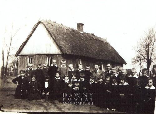 Uczniowie na tle szkoły w Kołakowie - rok szk. 1938/39