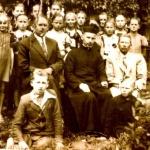 Uczniowie z dyrektorem Władysławem Jezierskim w czasie okupacji niemieckiej