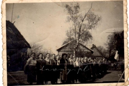 Początek lat 50- tych, XX wieku Na pierwszym planie uczniowie, po lewej stronie widoczny fragment budynku szkolnego.