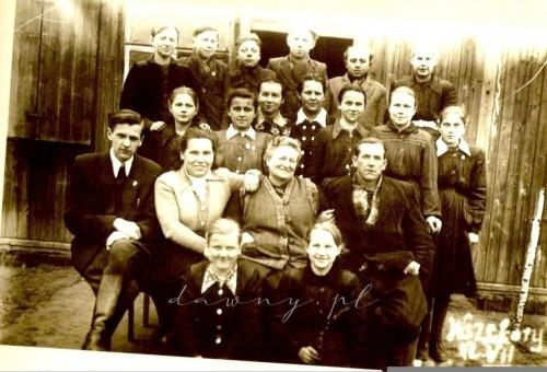 Klasa VII z panią kierownik Adelą Goszczyńską i Gronem Pedagogicznym na tle szkołyrok szkolny 1953/54
