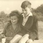 """Zofia z Knothów Łossanowa (1912-1990), właścicielka """"Zosinka"""", sadowniczka, hodowczyni pieczarek. Na fot. z synem Adamem; zbiory A. Łossana"""