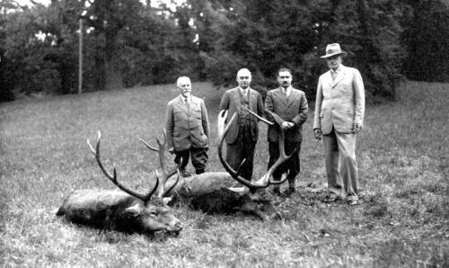 Herman Knothe (drugi od lewej) towarzyszył prezydentowi I. Mościckiemu podczas jesiennego polowania na jelenie. (Lata 30-te).