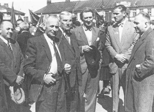 Przed pochodem pierwszomajowym 1947 r. (stoją od prawej: dr Kazimierz Izdebski, dr Euzebiusz Domaszewski, dr Zachariasz Frank, dr Mikołaj Guczko, dr Jakub Reznik)