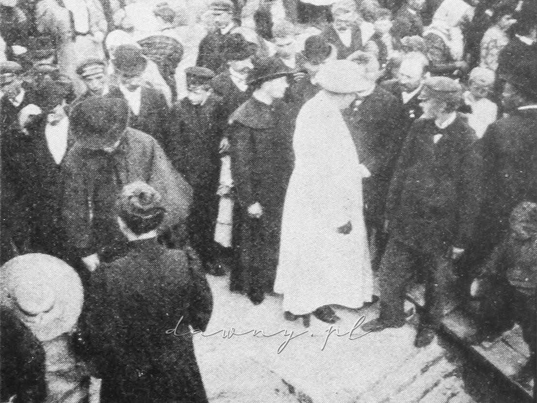 Kapłani zwiedzają fundamenty nowego kościoła.