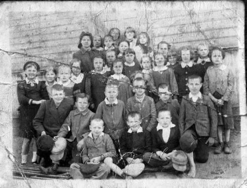 Szkoła w Zagościńcu, 1943 r., Jadwiga Kucha pierwsza od lewej w środkowym rzędzie (w kapeluszu).