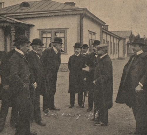 Grupa członków zarządu w Drewnicy. (Str. lewa) Lekarz zakładu Dr. Białowiejski, Dr. Rychlinski, Dr. Bucelski, Dr. Rosental, Dr. Orłowski, mecenas Papieski (środek), i Dr. Wisłocki (strona prawa).