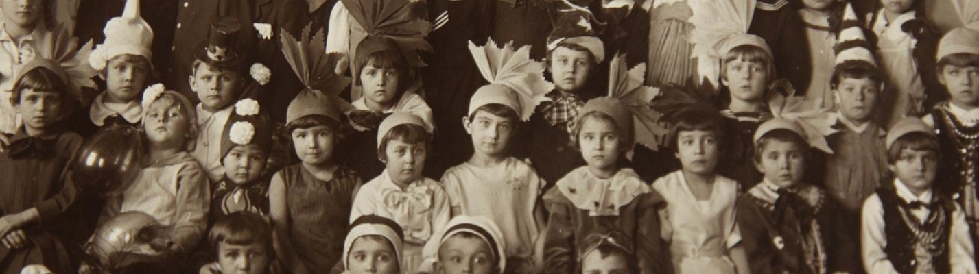 Moja grupa przedszkolna, 1934. Siedzę dwa rzędy poniżej pani przedszkolanki, w bluzce z marynarskim kołnierzykiem