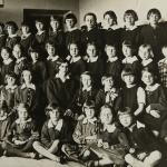 Wołomin, Publiczna Szkoła Powszechna nr 2 (żeńska) kier. Jadwiga Markowska. Na zdjęciu jest Eugenia Bohuszowa. Zdjęcie zapewne zostało zrobione na początku roku szkolnego 1935/1936. Informacja pochodzi od pani Anny Wojtkowskiej