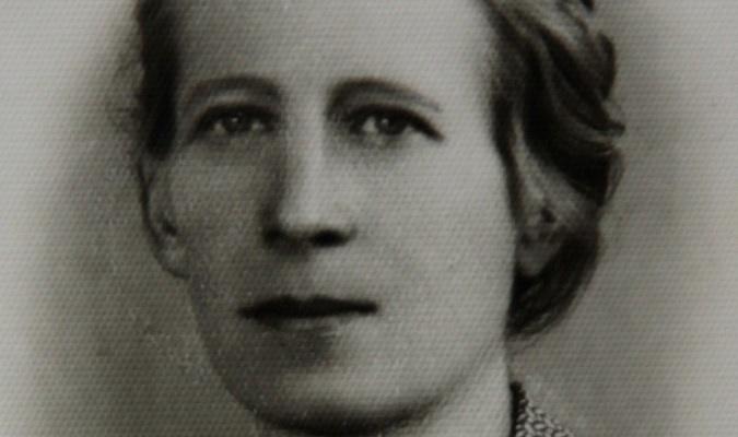 To zdjęcie mamy zostało wykonane w roku 1940 do kenkarty, która zastępowała dowód osobisty w czasach okupacji. Ja, jako małolata, miałam tylko legitymację szkolną