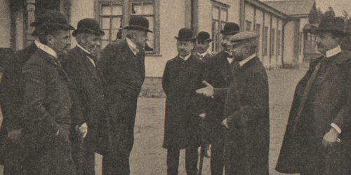 nrUgLCKZ,^n!(óVaP^du w Drewnicy. (Str. lewa) Lekarz zakładu Dr. Białowiejski, • ycniinski, Dr. Bucelski, Dr. Rosental, Dr. Orłowski, mecenas Papieski (środek), i Dr. Wisłocki (strona prawa).